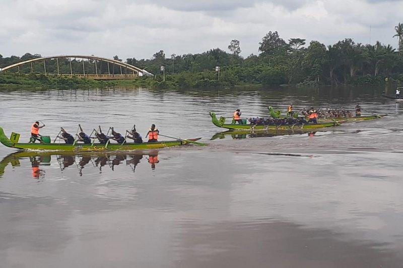Tim berpacu Siak International Serindit Boat Race di Sungai Siak. Foto: Antara