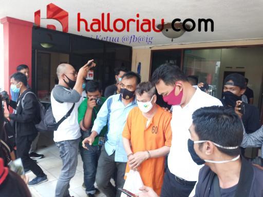 Muhammad saat keluar ruangan penyidik Mapolda Riau.
