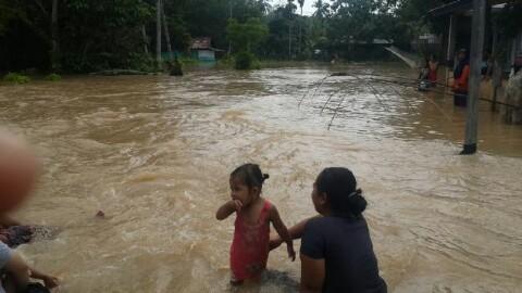 Korban banjir terlihat berendam saat banjir melanda Kuantan Hilir Seberang.