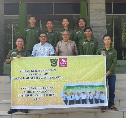 Dekan Faperta UIR Dr Ujang Paman Ismail bersama mahasiswa PKL