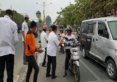 Plh BPBD Rohul Afrizal bersama anggotanya membagikan 1.500 masker ke pengendara dan pelajar, di perempatan kawasan Taman Kota Pasir Pangaraian, dampak mulai menebalnya kabut asap di Rohul akibat kiriman aspa daei kabupaten tetangga.
