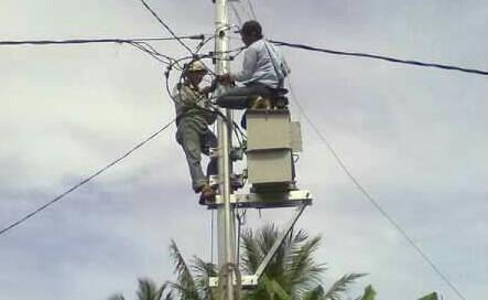 Petugas PLN sedang memasang instalasi dan Trafo di Pulau Padang