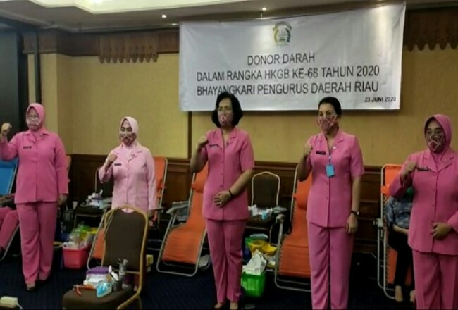 Ibu Wakapolda Riau saat memberikan semangat kepada ibu-ibu Bhayangkari disela-sela kunjungan baksos donor darah di Hotel Furaya, Pekanbaru, Selasa (23/6/2020)..