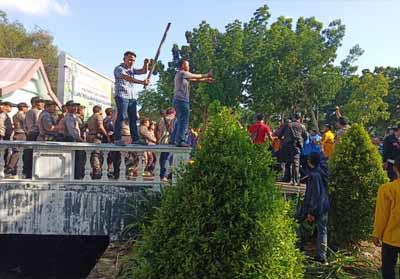 Unjuk rasa mahasiswa sempat bentrok antara massa dan aparat.