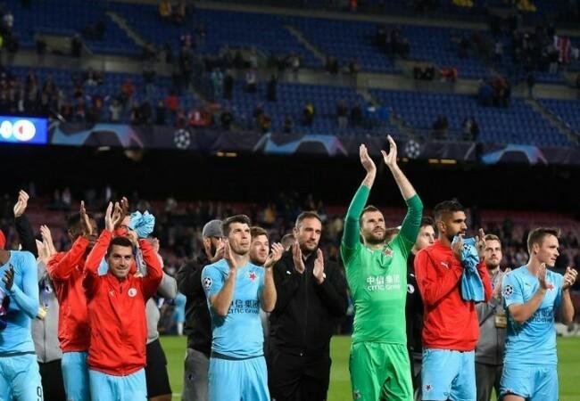 Hasil Liga Champions antara Barcelona vs Slavia Praha di Stadion Camp Nou berakhir imbang, para pemain tim tamu langsung merayakannya usai pertandingan, 5 November 2019. Foto: Kompas