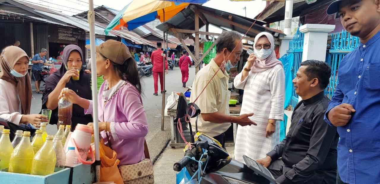 Bupati Kepulauan Meranti, H Muhammad Adil saat minum jamu dan mentraktir warga di pasar