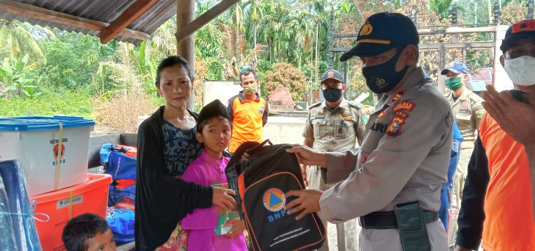 Penyerahan bantuan untuk keluarga korban kebakaran di Desa Bandul Kecamatan Tasik Putripuyu