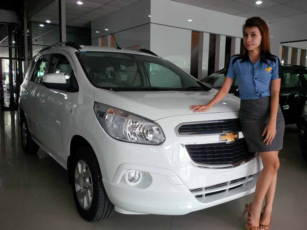 Sales counter di showroom Chevrolet Jl Soekarno Hatta, Pekanbaru di samping Chevy Spin