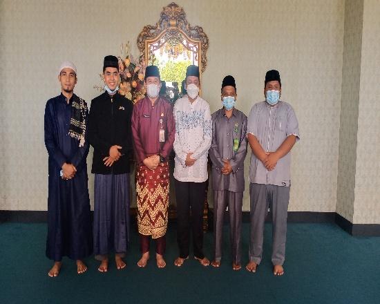 Plh Bupati Rohul Abdul Haris saat menerima tamu dari DDII Jakarta dan Riau didampingi Kakan Kemenag Rohul Syahrudin, di Masjid Islamic Center Rohul.