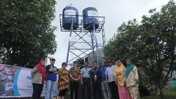 Foto bersama usai penyerahan bantuan air bersih.
