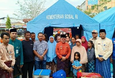 Walikota Dumai H Zulkifli AS foto bersama korban kebakaran di Jalan Jendral Sudirman baru-baru ini.