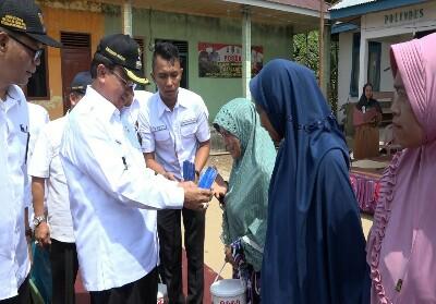 Bupati Inhil HM Wardan meresmikan Program BSPS untuk masyarakat.