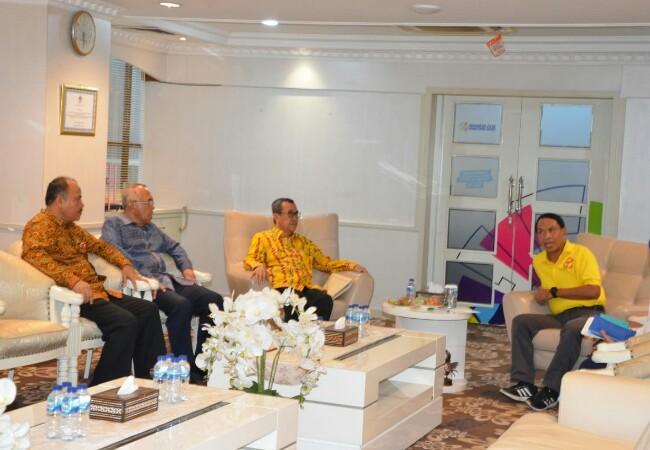 Gubernur Riau saat mengunjungi Menpora membahas Stadion Utama Riau.