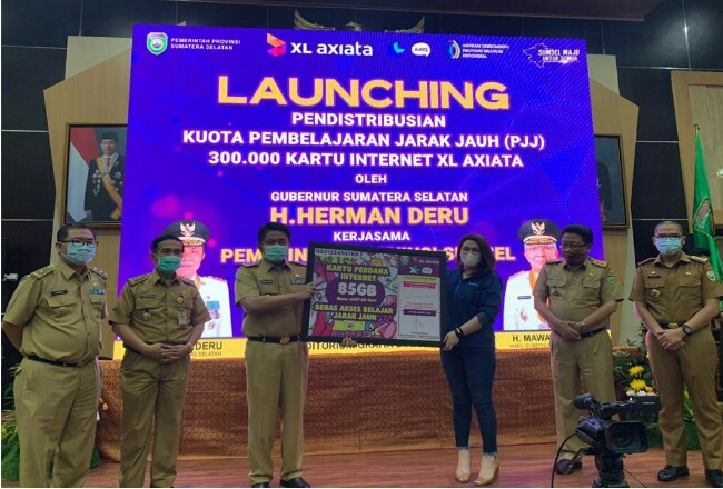 Gubernur Sumatera Selatan, H. Herman Deru, S.H., M.M (ketiga dari kanan) dan Group Head XL Axiata West Region, Desy Sari Dewi dalam acara penyerahan kartu paket internet gratis sebanyak 300 ribu paket dari XL Axiata untuk pelajar setingkat SMP dan SMA di Sumsel.