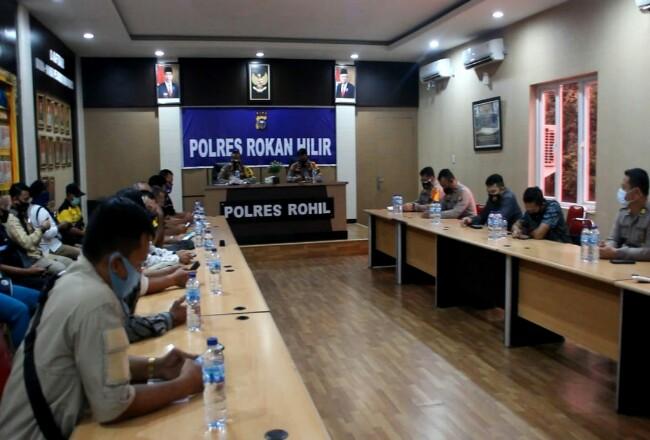 Polres Rohil saat mengadakan konferensi pers.