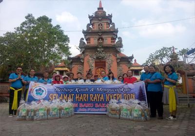 Pengurus PSMTI Riau dan Panitia Perayaan Nyepi Provinsi Riau foto bersama.<br>