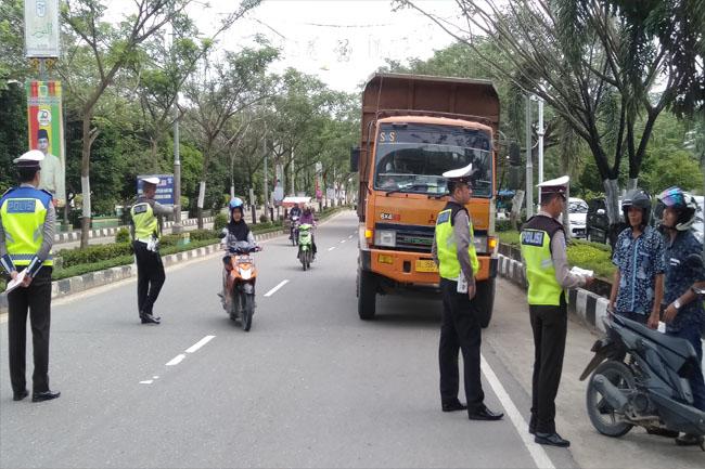Personel Satlantas Polres Rohul menghentikan dan memeriksa surat serta kelengkapan kendaraan yang melintas di Kawasan Tertib Lalulintas di Jalan Tuanku Tambusai, Pasir Pangaraian daam operasi rutin ranmor sejak sepekan ini yang gencar dilaksanakan