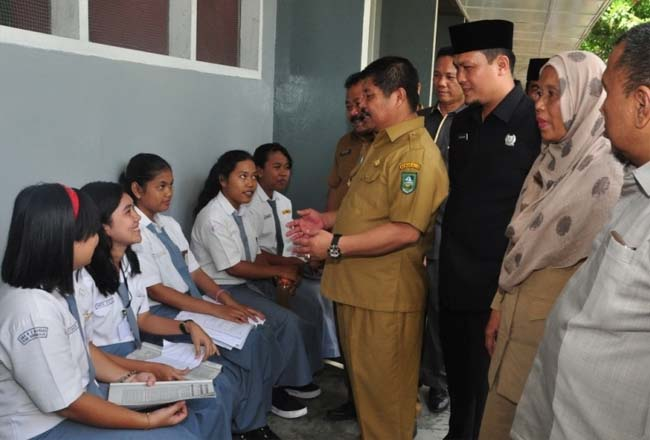 Bupati Bengkalis Amril Mukminin berdialog dengan peserta didik ketika berkunjung ke SMA Negeri 2 Mandau.