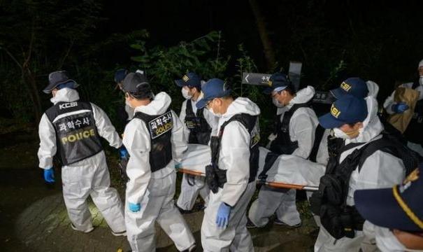 Petugas evakuasi jasad Wali Kota Seoul, Park Won-soon.