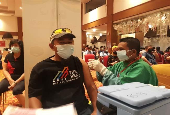 Ketua AMSI Riau Ahmad S Udi menjalani vaksinasi.