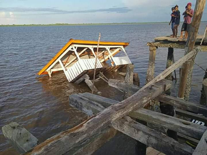 Dermaga pelabuhan Desa Mekar Sari, Kecamatan Merbau, Kepulauan Meranti  seperti ada kejanggalan. Baru tiga bulan, dermaga tersebut sudah ambruk