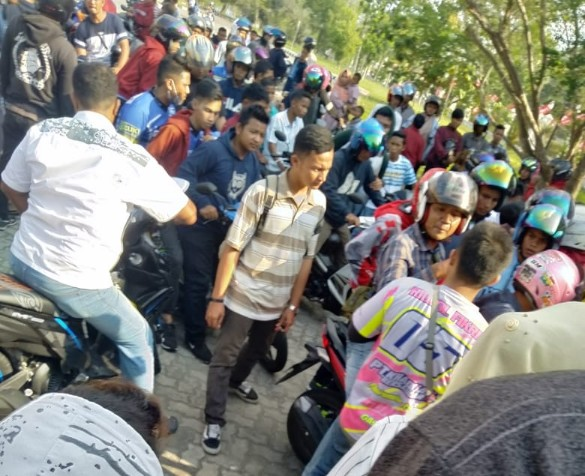Penonton membubarkan diri paska polisi hentikan balap motor Porkot Pekanbaru. Akibatnya, panitia pelaksana sempat jadi sasaran amuk penonton yang kecewa.