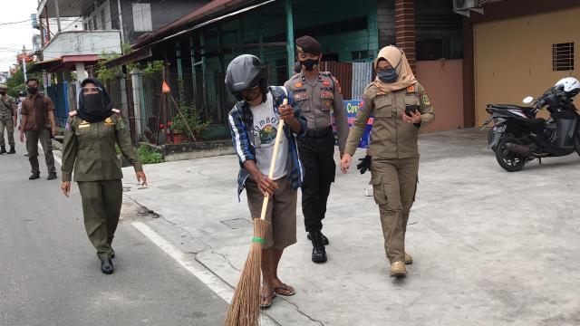 Sejumlah masyarakat kota Selatpanjang, Kepulauan Meranti didenda dengan menyapu di jalanan. Operasi ini dilaksanakan menindaklanjuti Peraturan Gubernur Riau Nomor 22 Tahun 2020 tentang Penerapan Disiplin dan Penegakkan Hukum Protokol Kesehatan sebagai upaya pencegahan dan pengendalian Covid-19