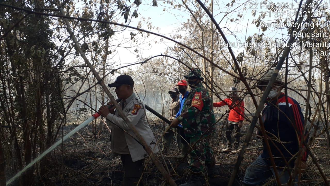 Tampak petugas sedang melakukan proses pendinginan di lokasi kebakaran di Rangsang