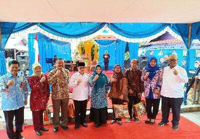 Walikota Dumai Drs H Zulkifli AS MSi didampingi Wakil Walikota Dumai Eko Suharjo SE foto bersama tim penilai Kampung KB tingkat Nasional Tahun 2019 di Kelurahan Laksamana Kecamatan Dumai Timur.