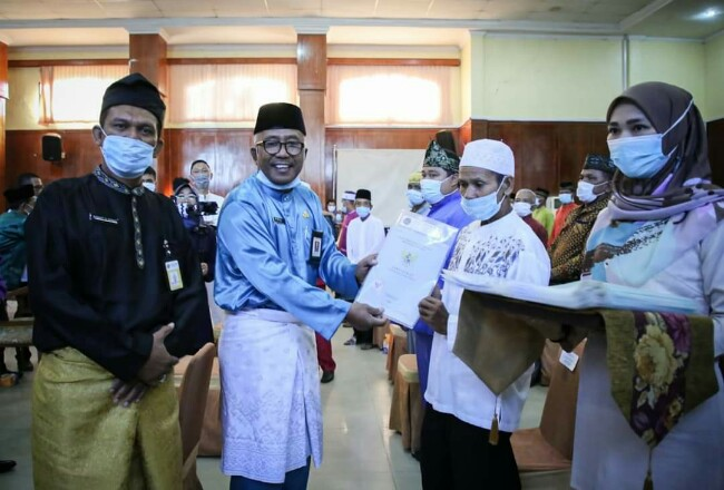 Asisten I Bidang Pemerintahan dan Kesra didampingi Kepala BPN Kota DumaiRobert H. Sirait, menyerahkan sertifikat program Tora dan PTSL di Gedung Pendopo Dumai, Jumat kemarin.