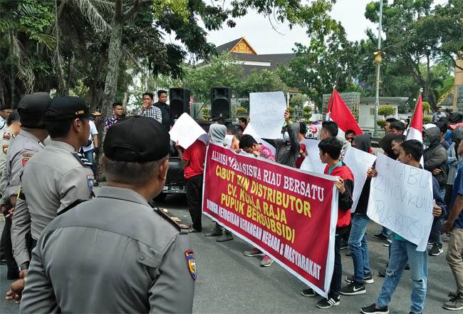 Aliansi Mahasiswa Riau Bersatu (AMRB), lakukan aksi unjuk rasa di samping kantor Gubernur Riau