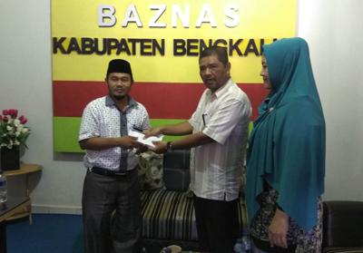 Panitia Pelaksana HUT KONI ke-80, Fitra Budiman menyerahkan donasi bencana Palu dan Donggala ke Baznas Bengkalis
