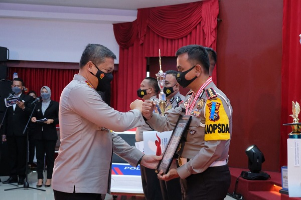 Kapolda Riau Irjen Agung Setia Imam Effendi memberikan penghargaan kepada 6 personel jajaran Lalulintas yang berprestasi dan 1 orang purnawirawan yang dianggap berjasa membantu tugas Kepolisian utamanya dibidang lalulintas