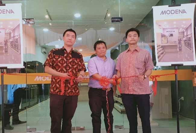 Yappar M Darmawan, Business Development Branch Manager Modena Pekanbaru (kiri) saat melakukan pengguntingan pita