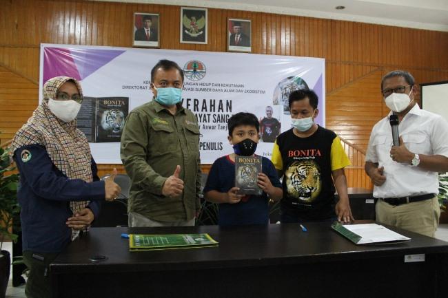 """KLHK menyerahkan buku berjudul Bonita """"Hikayat Sang Raja"""" kepada ahli waris penulis, Alm Haidir Anwar Tanjung"""