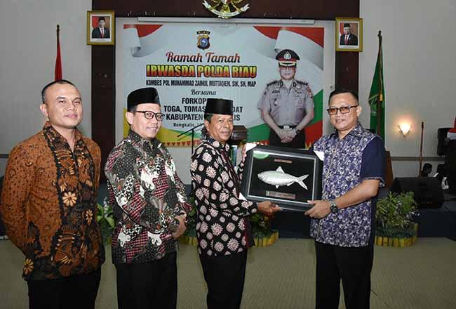 Mewakili Pemerintah Kabupaten Bengkalis, Haholongan menyerahkan cenderamata kepada Inspektur Pengawas Daerah (Irwasda), Kombes Pol Muhammad Zainul Muttaqien.