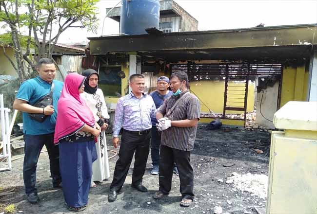 Anggota DPRD Pekanbaru dari Fraksi PAN meninjau lokasi bekas kebakaran di Senapelan.