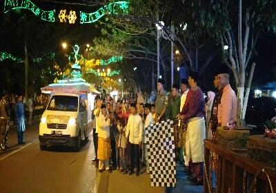 Bupati Rohul H Sukiman didampingi Sekda Abdul Haris dan Forkopimda lepas iring-iringan pawai malam Idul Adha di Pasir Pangaraian.