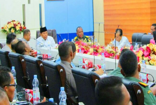 Bupati Sukiman, memimpin rakor menanggulangi bencana tingkat kabupaten Rohul, bersama TNI-Polri dan dinas terkait di Rohul.