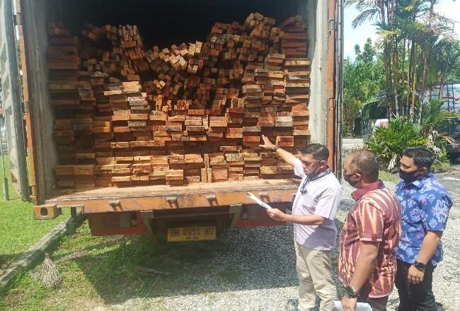 Polda Riau berhasil mengamankan kayu olahan berasal dari Hutan Swaka Marga Satwa Rimbang Baling.