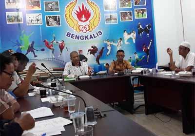 Ketua Panitia, Fitra Budiman SH didampingi Wakil Sekretaris I KONI Bengkalis, Iswai Idris, saat memimpin rapat, Selasa malam (23/10/2018) di kantor KONI.