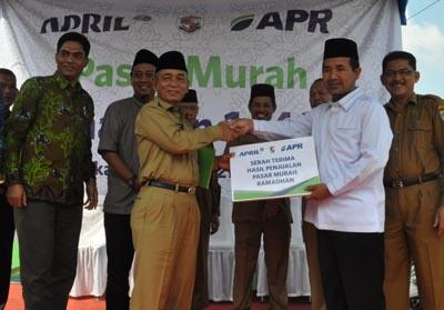 Penyerahan hasil penjualan Pasar Murah tajaan PT RAPP dan PT APR di Istana Yatim Duafa dan Rumah Tahfidz Jalan Pelita Pangkalan Kerinci