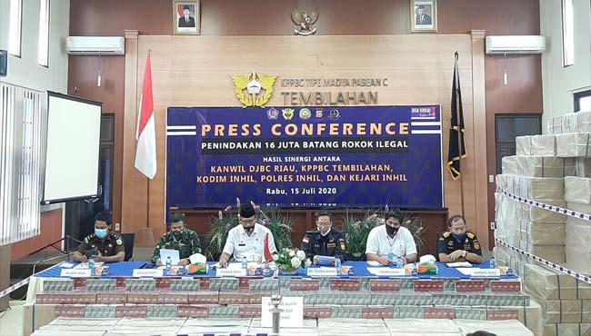 Tampak saat Konfrensi Pers dihadiri BC Wilayah Riau, Bupati Inhil, Dandim, Kapolres dan Kejaksaan.