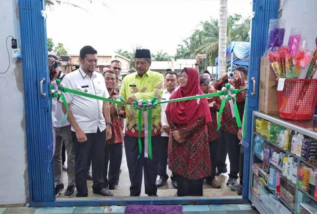 Bupati Siak Alfedri menggunting pita pertanda diresmikannya BUMKam di Kampung Rantau Bertuah.