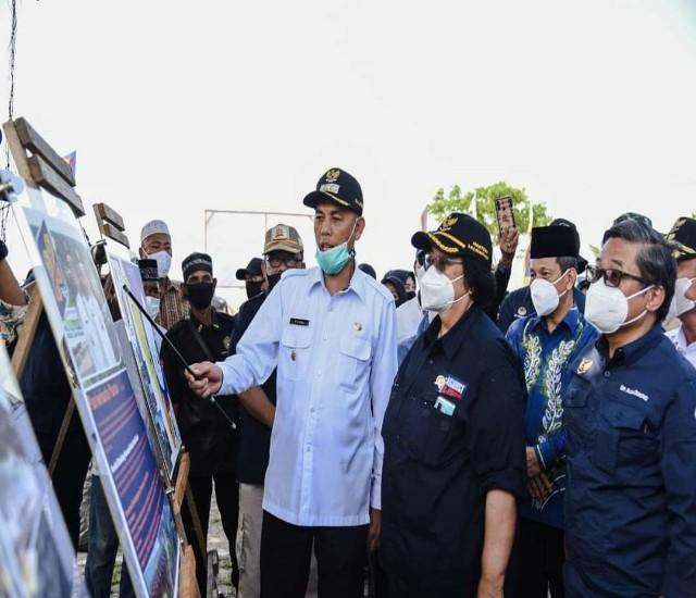 Walikota Dumai H Paisal SKM MARS menjelaskan kondisi Gpgeografis Kota Dumai kepada Menteri LHK, Siti Nurbaya saat Kunker ke Dumai, Sabtu kemarin.
