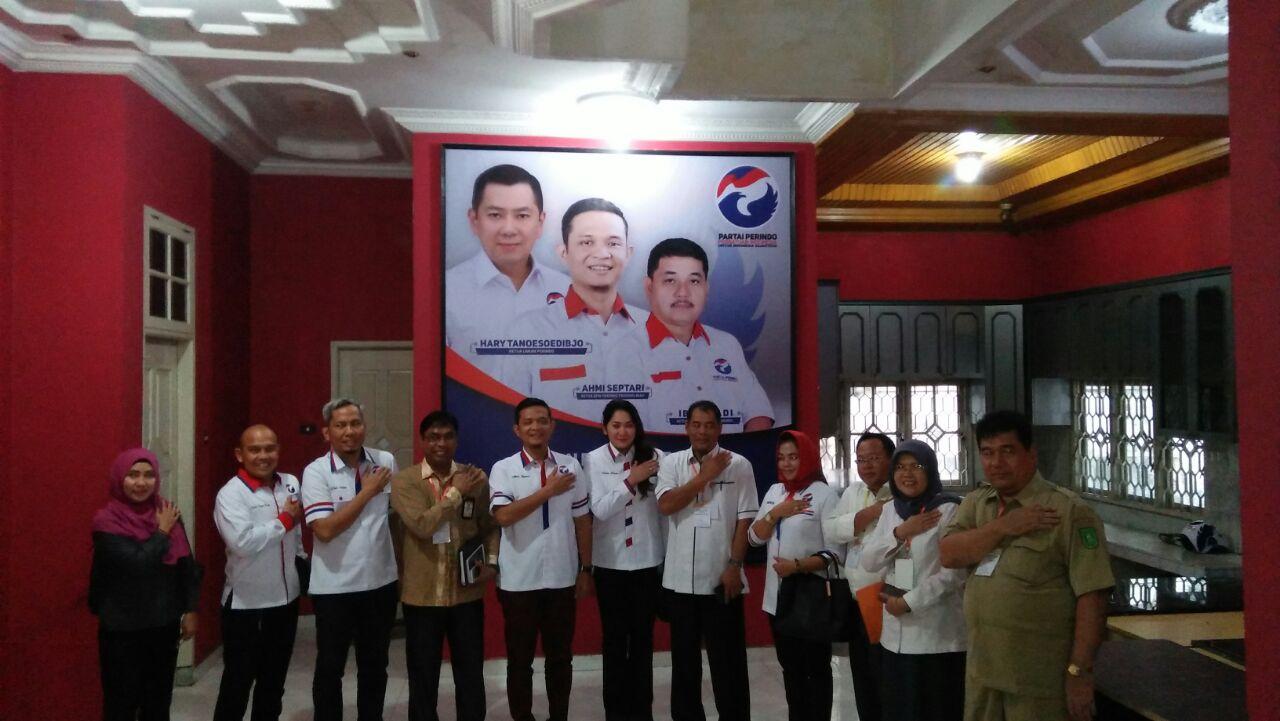 KPU Riau dan pengurus DPW Perindo Riau foto bersama