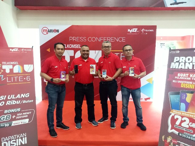 (Ki - Ka) General Manager Device Bundling and Customization Strategy Telkomsel Basuki Ebtayani, Vice President Sales and Marketing Area Sumatera Telkomsel Erwin Tanjung, General Manager Sales and Marketing Management Sumatera Telkomsel Jackson Sihombing, dan General Manager Sales Region Sumbagteng Telkomsel Ihsan pada peluncuran Paket Bundling TAU LITE6 hari ini di GraPARI Sudirman Pekanbaru