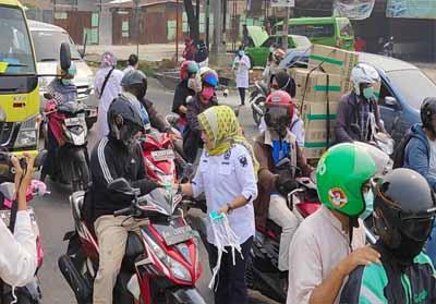 Pembagian masker oleh Fraksi Golkar DPRD Pekanbaru bagi pengendara.