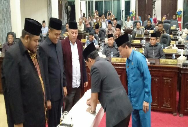 Bupati Sukiman, Ketua DPDR Novliwanda Ade Putra, dan dua wakil ketua DPRD M Syahril Topan serta Nono Patria, tandatangani berita acara usai disahkannya APBD Rohul 2020 hingga Sabtu dinihari.