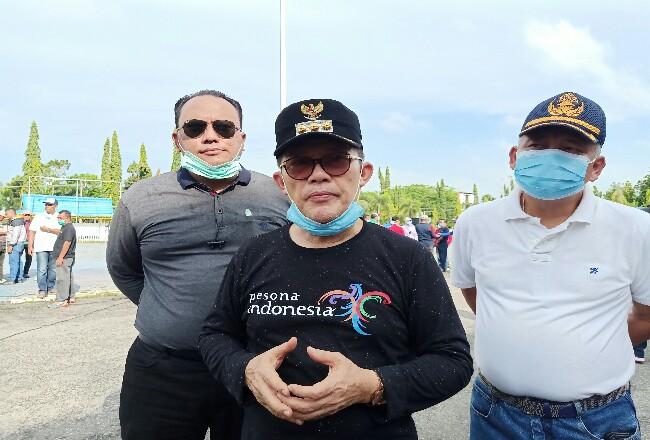 Wako Dumai H Zulkifli AS didampingi Ketua DPRD Dumai Agus Purwanto (kiri) dan Sekda Dumai Herdi Salioso (kanan) saat memberikan keterangan pers terkait virus Corona atau COVID-19 di Kota Dumai belum lama ini.